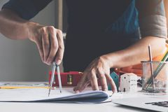 Σχέδιο σχεδίων αρχιτεκτονικής κινηματογραφήσεων σε πρώτο πλάνο για την μπλε τυπωμένη ύλη με τον αρχιτέκτονα Στοκ φωτογραφία με δικαίωμα ελεύθερης χρήσης