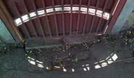 Σχέδιο των ηλιακών κηλίδων στο έδαφος και στη σκιερή πλευρά του φράκτη στοκ εικόνες με δικαίωμα ελεύθερης χρήσης