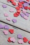 Σχέδιο υποβάθρου στην ημέρα βαλεντίνων ` s Διακοσμητική κόκκινη πορφυρή έννοια ημέρας υπεριωδών heartsValentines Στοκ εικόνες με δικαίωμα ελεύθερης χρήσης