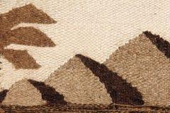 Σχέδιο υφάσματος μαλλιού καμηλών με τις αιγυπτιακά πυραμίδες και το silhou φοινικών Στοκ Φωτογραφίες