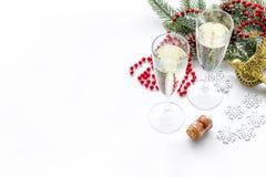Σχέδιο Χριστουγέννων με τη διακόσμηση, κομψός κλάδος, σαμπάνια στα γυαλιά στο άσπρο υπόβαθρο copyspace Στοκ εικόνες με δικαίωμα ελεύθερης χρήσης