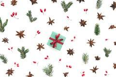 Σχέδιο Χριστουγέννων με τις φυσικές διακοσμήσεις και το μικρό GIF Χριστουγέννων στοκ φωτογραφία με δικαίωμα ελεύθερης χρήσης