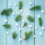 Σχέδιο Χριστουγέννων με τον κλάδο του δέντρου και marshmallows έλατου στο ξύλινο υπόβαθρο Στοκ εικόνα με δικαίωμα ελεύθερης χρήσης