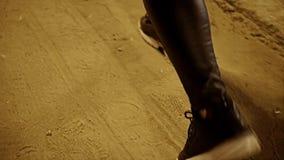 Σχέδιο Cinematic των θηλυκών ποδιών περπατώντας Κινηματογράφηση σε πρώτο πλάνο των ποδιών οδηγώντας Αργό MO απόθεμα βίντεο