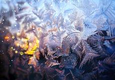 Σχέδιο Frostysnowy στο χειμερινό γυαλί στοκ εικόνες