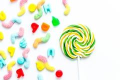 Σχέδιο Lollipop με τη ζάχαρη candys στην άσπρη τοπ άποψη μ υποβάθρου Στοκ Εικόνες