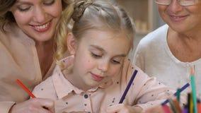 Σχέδιο Mom και γιαγιάδων μαζί με την κόρη, ενισχυτικό νέο ταλέντο, ιδέες φιλμ μικρού μήκους