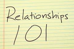 Σχέσεις 101 σε ένα κίτρινο νομικό μαξιλάρι Στοκ Εικόνες