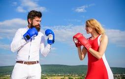 Σχέσεις ως έννοια προσπάθειας Υπόβαθρο μπλε ουρανού εγκιβωτίζοντας γαντιών πάλης ανδρών και γυναικών Ερωτευμένη πάλη ζεύγους σχέσ στοκ εικόνες με δικαίωμα ελεύθερης χρήσης