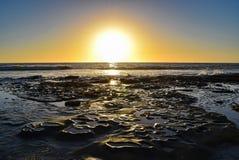 Σχέδια βράχου από τον ωκεανό στο ηλιοβασίλεμα στη Λα Χόγια, Καλιφόρνια Στοκ εικόνες με δικαίωμα ελεύθερης χρήσης