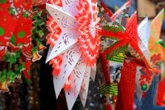 Σχέδια εγγράφου αστεριών Χριστουγέννων επάνω για την πώληση στην αγορά Στοκ φωτογραφία με δικαίωμα ελεύθερης χρήσης