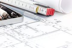 Σχέδια ορόφων σχεδιαγραμμάτων του σύγχρονου διαμερίσματος με τα εργαλεία σχεδίων Στοκ εικόνα με δικαίωμα ελεύθερης χρήσης