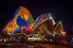 Σχέδια που προβάλλονται στις στέγες της Όπερας κατά τη διάρκεια του ζωηρού φεστιβάλ του Σίδνεϊ Στοκ Εικόνα