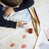 Σχέδιο αγοριών με τα κραγιόνια στον πίνακα Στοκ Φωτογραφίες