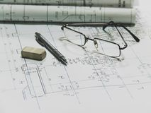 Σχέδιο αεροπλάνων, γυαλιά, μολύβι, γόμα Στοκ εικόνες με δικαίωμα ελεύθερης χρήσης