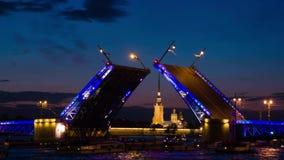 Σχέδιο γεφυρών παλατιών σε Άγιο Πετρούπολη, Ρωσία με το Peter και φρούριο του Paul στο υπόβαθρο τη νύχτα απόθεμα βίντεο
