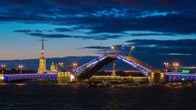 Σχέδιο γεφυρών παλατιών σε Άγιο Πετρούπολη, Ρωσία με το Peter και φρούριο του Paul στο υπόβαθρο τη νύχτα φιλμ μικρού μήκους