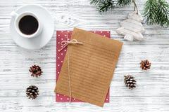 Σχέδιο για το έτος 2018 Φύλλο του εγγράφου και της διακόσμησης Χριστουγέννων στο γκρίζο ξύλινο πρότυπο άποψης υποβάθρου τοπ Στοκ Εικόνες