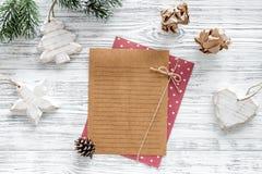 Σχέδιο για το έτος 2018 Φύλλο του εγγράφου και της διακόσμησης Χριστουγέννων στο γκρίζο ξύλινο πρότυπο άποψης υποβάθρου τοπ Στοκ φωτογραφία με δικαίωμα ελεύθερης χρήσης