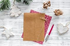 Σχέδιο για το έτος 2018 Φύλλο του εγγράφου και της διακόσμησης Χριστουγέννων στο γκρίζο ξύλινο πρότυπο άποψης υποβάθρου τοπ Στοκ εικόνες με δικαίωμα ελεύθερης χρήσης
