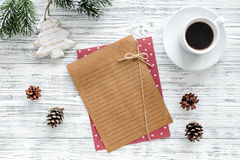 Σχέδιο για το έτος 2018 Φύλλο του εγγράφου και της διακόσμησης Χριστουγέννων στο γκρίζο ξύλινο πρότυπο άποψης υποβάθρου τοπ Στοκ Φωτογραφία