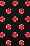 Σχέδιο γκρέιπφρουτ που απομονώνεται στο μαύρο υπόβαθρο Επίπεδος βάλτε Στοκ φωτογραφία με δικαίωμα ελεύθερης χρήσης