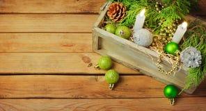Σχέδιο εμβλημάτων διακοσμήσεων Χριστουγέννων στο ξύλινο υπόβαθρο διάστημα αντιγράφων για το κείμενό σας Στοκ φωτογραφία με δικαίωμα ελεύθερης χρήσης