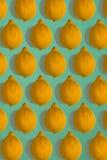 Σχέδιο λεμονιών που απομονώνεται στο μπλε υπόβαθρο Επίπεδος βάλτε Στοκ φωτογραφία με δικαίωμα ελεύθερης χρήσης