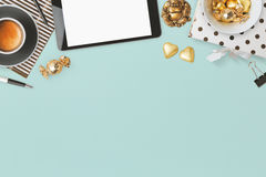 Σχέδιο επιγραφών ιστοχώρου με τα θηλυκά αντικείμενα γοητείας πέρα από το μπλε υπόβαθρο Στοκ Εικόνα