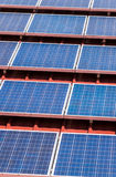 Σχέδιο ηλιακού πλαισίου στο κόκκινο κεραμίδι στεγών Στοκ Εικόνες