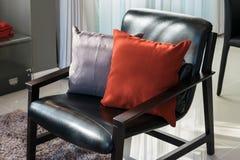 Σχέδιο καθιστικών με την πολυθρόνα και το κόκκινο μαξιλάρι Στοκ φωτογραφίες με δικαίωμα ελεύθερης χρήσης