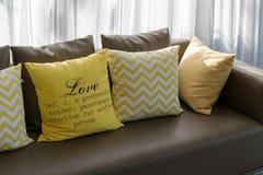 Σχέδιο καθιστικών με τον καφετή καναπέ και τα κίτρινα μαξιλάρια Στοκ εικόνες με δικαίωμα ελεύθερης χρήσης