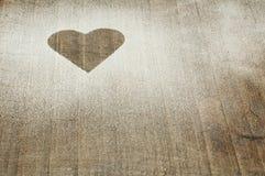 Σχέδιο καρδιών σε έναν παλαιό ξύλινο πίνακα Στοκ Φωτογραφία