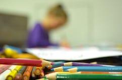 Σχέδιο κοριτσιών με τα μολύβια χρώματος Στοκ εικόνα με δικαίωμα ελεύθερης χρήσης