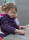 Σχέδιο κοριτσιών με την κιμωλία στοκ φωτογραφία με δικαίωμα ελεύθερης χρήσης