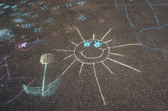 Σχέδιο κραγιονιών παιδιών ` s του ήλιου και του λουλουδιού στην άσφαλτο Στοκ φωτογραφίες με δικαίωμα ελεύθερης χρήσης