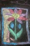 Σχέδιο κραγιονιών παιδιών ` s του λουλουδιού στην άσφαλτο Στοκ Φωτογραφία