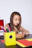 Σχέδιο μικρών κοριτσιών με ένα μολύβι στοκ φωτογραφία με δικαίωμα ελεύθερης χρήσης
