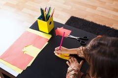 Σχέδιο μικρών κοριτσιών με ένα μολύβι στοκ φωτογραφίες