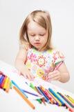 Σχέδιο μικρών κοριτσιών με τα ζωηρόχρωμα μολύβια στοκ εικόνες