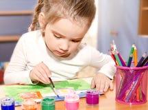 Σχέδιο μικρών κοριτσιών με το χρώμα και το πινέλο Στοκ φωτογραφίες με δικαίωμα ελεύθερης χρήσης