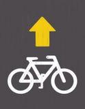 Σχέδιο οδικών σημαδιών ποδηλάτων από την κρητιδογραφία σε χαρτί ξυλάνθρακα Στοκ φωτογραφίες με δικαίωμα ελεύθερης χρήσης