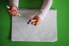 Σχέδιο παιδιών με τα κραγιόνια Στοκ εικόνα με δικαίωμα ελεύθερης χρήσης