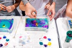 Σχέδιο παιδιών με τη βελόνα στο νερό Η τέχνη Ebru είναι μια μέθοδος υδάτινου σχεδίου επιφάνειας Στοκ Εικόνες