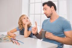 Σχέδιο πατέρων νεαρών άνδρων με την ανάπτυξη δημιουργικότητας παιδιών Στοκ εικόνα με δικαίωμα ελεύθερης χρήσης