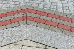 Σχέδιο πεζοδρομίων οδών με τις γκρίζες και ρόδινες πέτρες Στοκ εικόνα με δικαίωμα ελεύθερης χρήσης