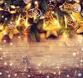 Σχέδιο τέχνης συνόρων Χριστουγέννων με τα μπιχλιμπίδια και την ελαφριά γιρλάντα Στοκ Φωτογραφίες