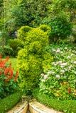 Σχέδιο τοπίων - πράσινος αριθμός της αρκούδας μεταξύ των λουλουδιών Στοκ Φωτογραφίες