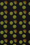 Σχέδιο του ακτινίδιου Τοπ άποψη του τεμαχισμένου ακτινίδιου στο μαύρο υπόβαθρο Το ελάχιστο επίπεδο βάζει την έννοια Στοκ φωτογραφίες με δικαίωμα ελεύθερης χρήσης