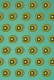 Σχέδιο του ακτινίδιου Τοπ άποψη του τεμαχισμένου ακτινίδιου στο μπλε υπόβαθρο Το ελάχιστο επίπεδο βάζει την έννοια Στοκ Φωτογραφία